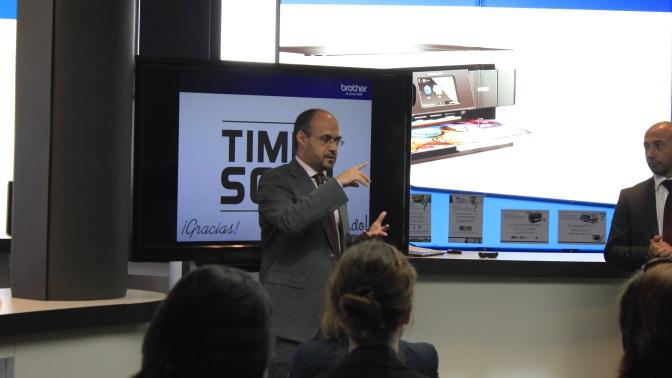 Jos� Ram�n Sanz, responsable de marketing de producto de Brother, en la presentaci�n de los nuevos esc�neres profesionales